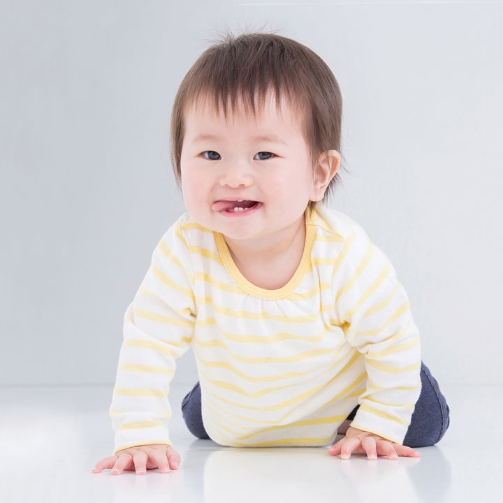 ハイハイ期の赤ちゃんを守る膝あてやサポーター。種類や靴下などの代用品