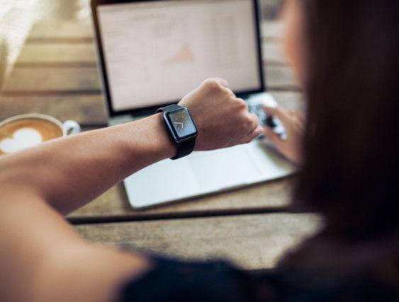 時短勤務をする女性と時計
