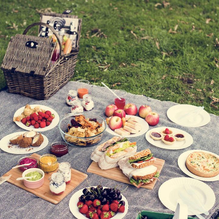 ピクニックにはどのようなお菓子を持っていく?市販の定番お菓子など