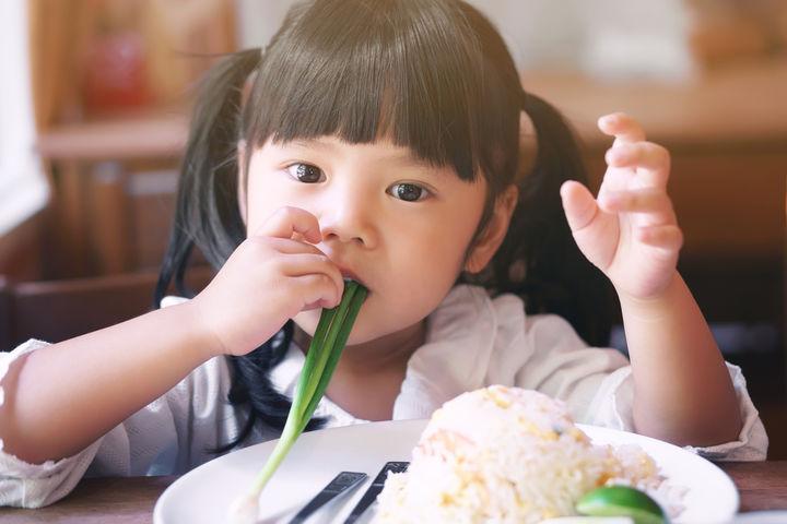 チャーハンを食べる女の子
