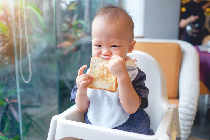 パンを食べる赤ちゃん