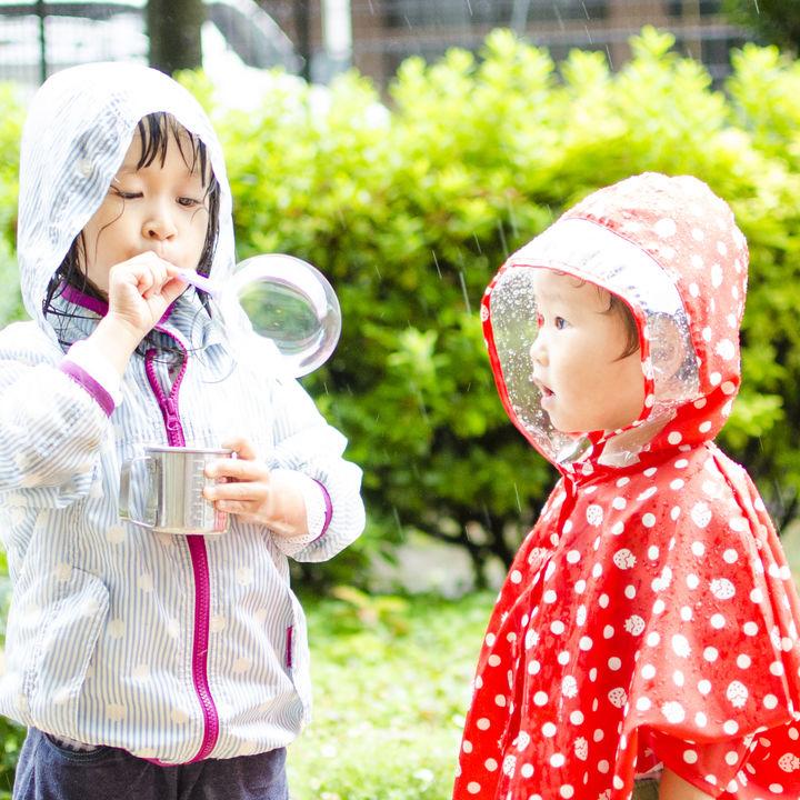 レインコートのおしゃれな着こなし方。ママと子どものリンクコーデ