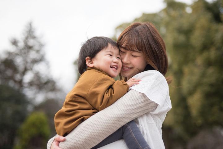 男の子を抱っこするママ