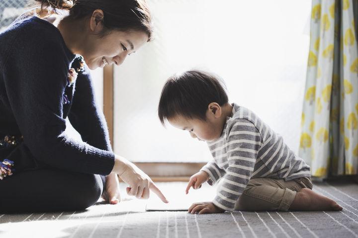 タブレットで勉強する親子