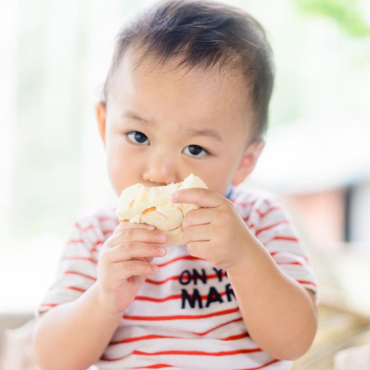 2歳の子どもに与えるおやつ。ママたちが考える量の目安など