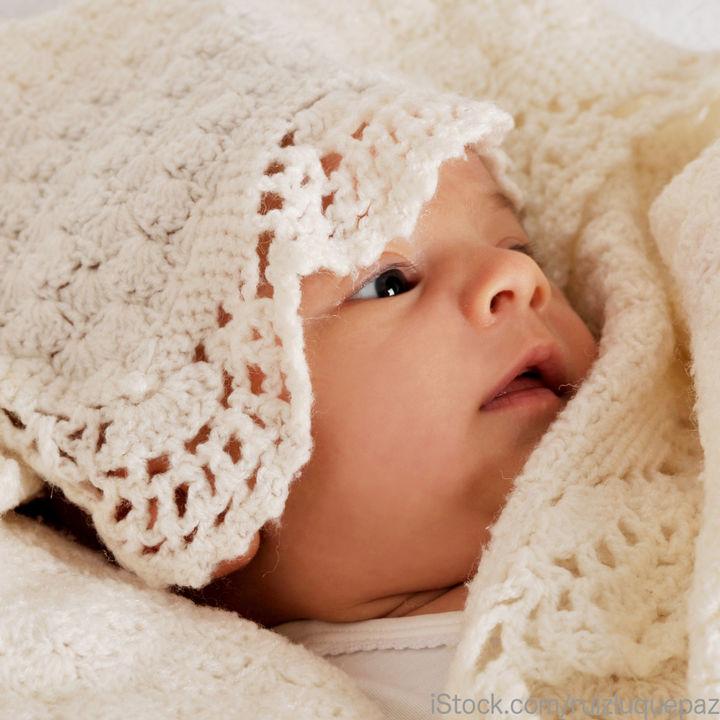 赤ちゃんに贈るニット素材のおくるみ。ニットの種類や手作り方法など