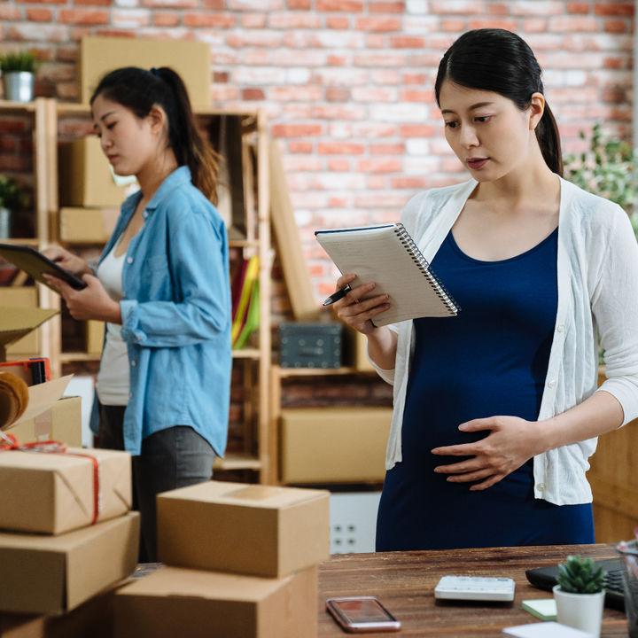 妊娠したら仕事はどうする?先輩ママたちの妊娠報告のタイミング