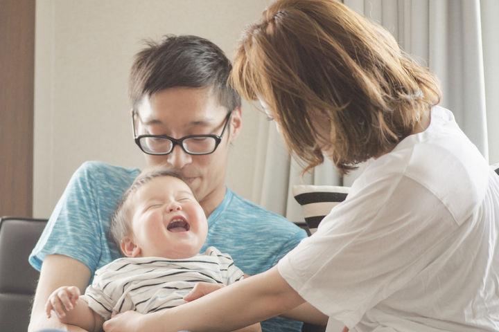 笑顔の赤ちゃんとパパとママ