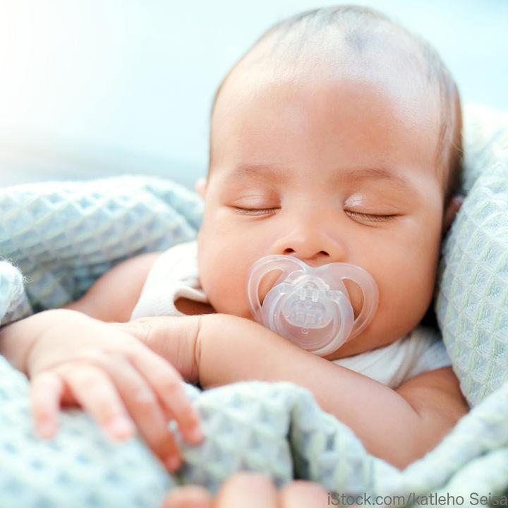 生後0カ月の新生児が使うおしゃぶりの選び方。使うときに意識するポイント