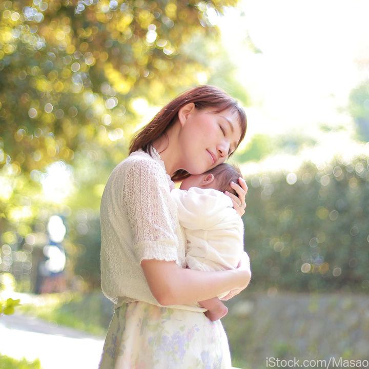 新生児を抱っこする方法。抱っこするときに意識したポイント