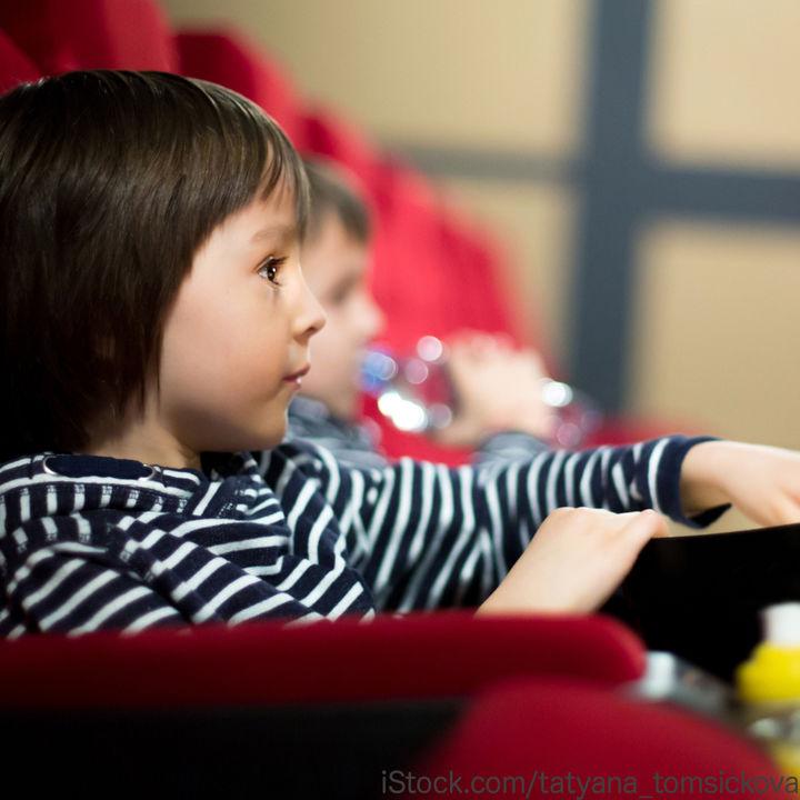幼児と映画館へ行くのはいつから?料金や座席の選び方などのポイント