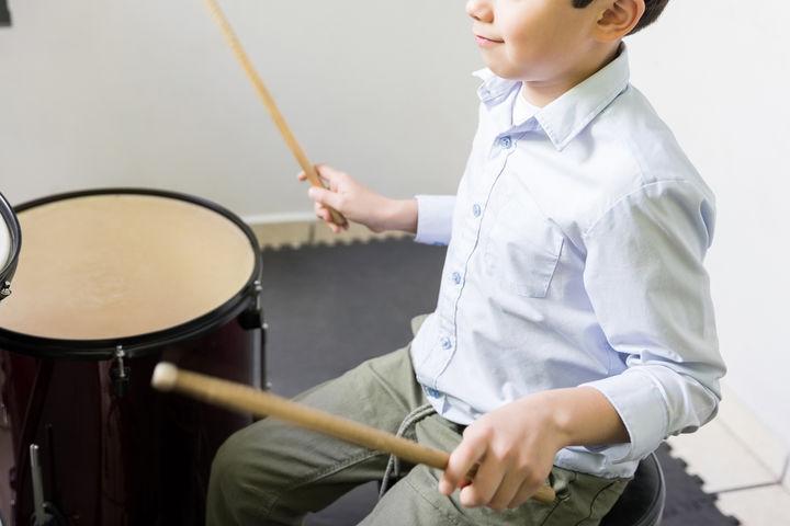 ドラムを叩く男の子
