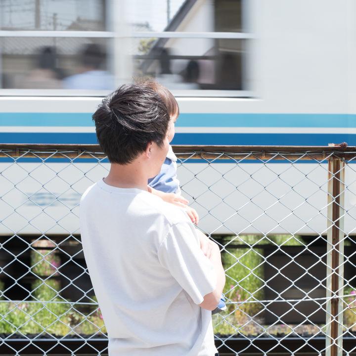 電車好きの子どものあるあるエピソード。子どもと電車のおもちゃで遊んだシーン